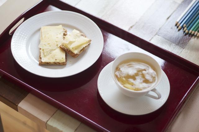 breakfast frukost knäckebröd prästost ost te swedish grace tekopp kopp porslin lackad bricka frukostbricka