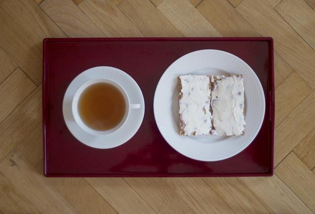 frukost breakfast knäckebröd philadelphiaost philadelphia färskost te eral grey frukostte swedish grace porslin tekopp assiett frukostbricka lackad röd