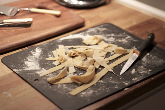 Färsk pasta ägg mjöl pastadeg egen hemlagad bandpasta