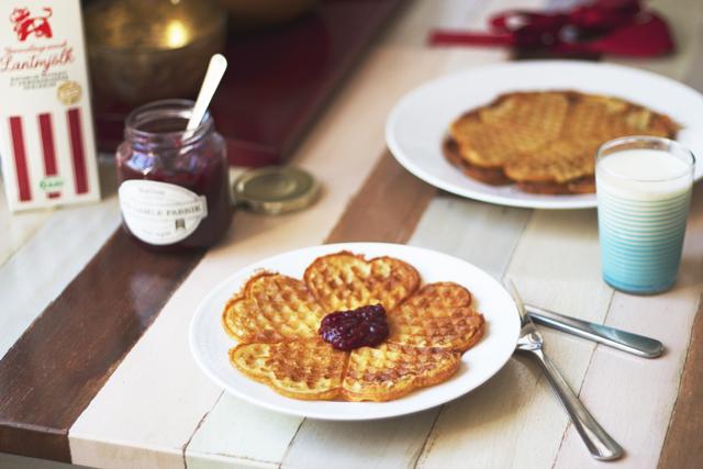 lantmjölk swedish waffles våfflor gammaldags mjölk den gamle fabrik hallonmarmelad hallon hallonsylt slyt frukost mat randigt glas