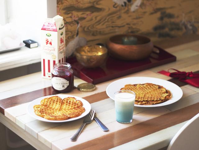 swedish waffles våfflor gammaldags mjölk den gamle fabrik hallonmarmelad hallon hallonsylt slyt frukost mat randigt glas