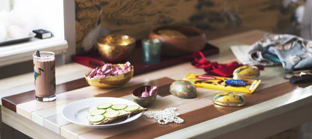 Breakfast interior frukost knäckebröd ost gurka oboy påsk easter candy godisg chocolate choklad geisha oboy
