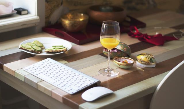 Mac keyboard apple orange juice wine glass easter eggs påskägg godis candy breakfast frukost table work knäckebröd ost gurka interior