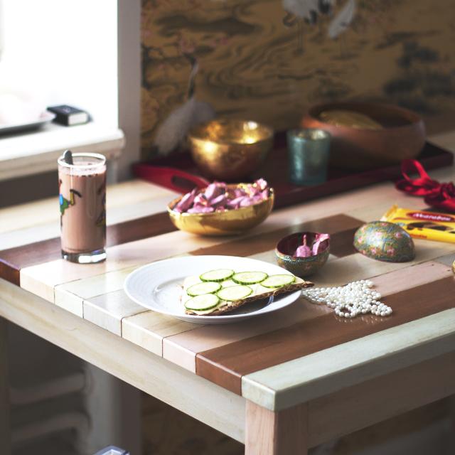 Pearl necklacenBreakfast interior frukost knäckebröd ost gurka oboy påsk easter candy godisg chocolate choklad geisha oboy