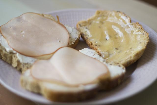 Frukostmackor med philadelphia, rökt kalkon och honung