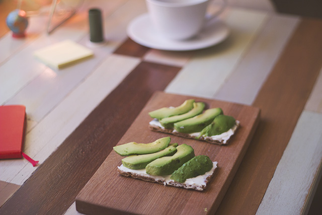 Knäckebröd med färskost och avokado